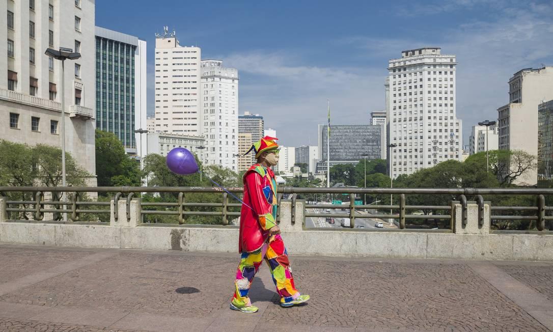Palhaço anda sozinho pelo Viaduto do Chá, no centro de São Paulo, durante a pandemia, em 19 de agosto de 2020 Foto: Edilson Dantas