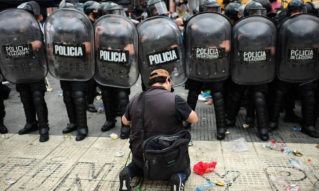 Policiamento está reforçado no entorno do palácio presidencial da Argentina, a Casa Rosada, na capital Buenos Aires Foto: RONALDO SCHEMIDT / AFP