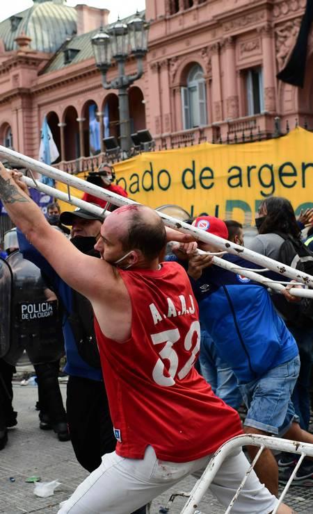 Torcedores de Diego Maradona discutem com a polícia para entrar na Casa do Governo para homenagear a falecida lenda do futebol Diego Armando Maradona em Buenos Aires Foto: RONALDO SCHEMIDT / AFP