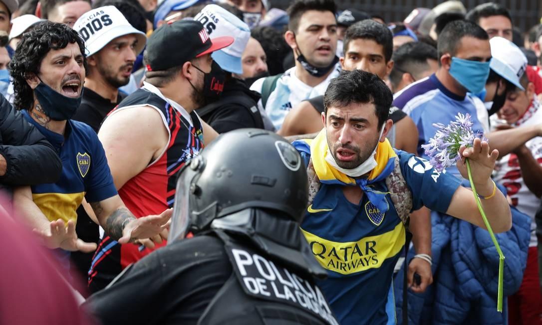 Torcedores de Diego Maradona discutem com a polícia para entrar na Casa do Governo para homenagear a falecida lenda do futebol Diego Armando Maradona em Buenos Aires Foto: ALEJANDRO PAGNI / AFP