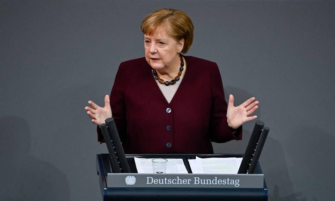 A chanceler alemã, Angela Merkel, em discurso no Parlamento Foto: Tobias Schwarz / AFP