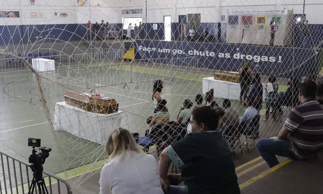 Vítimas do acidente entre onibus e caminhao que matou 41 pessoas em Taguaí, são veladas no Ginásio Municipal de Itaí, interior de São Paulo Foto: Código 19 / Agência O Globo