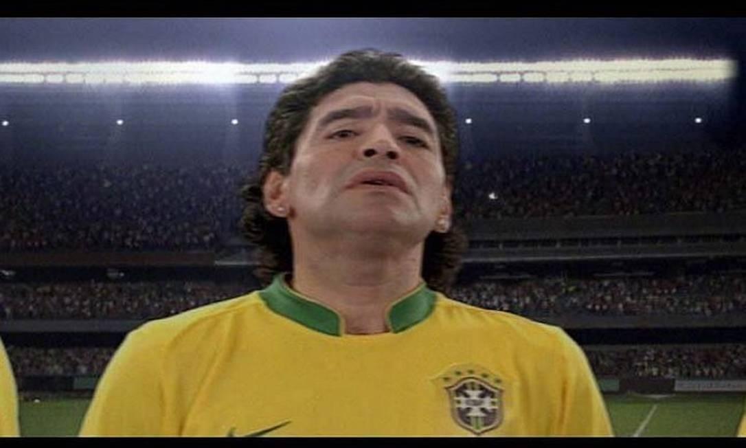 Maradona com a camisa da seleção brasileira, durante campanha de marca brasileira Foto: Reprodução
