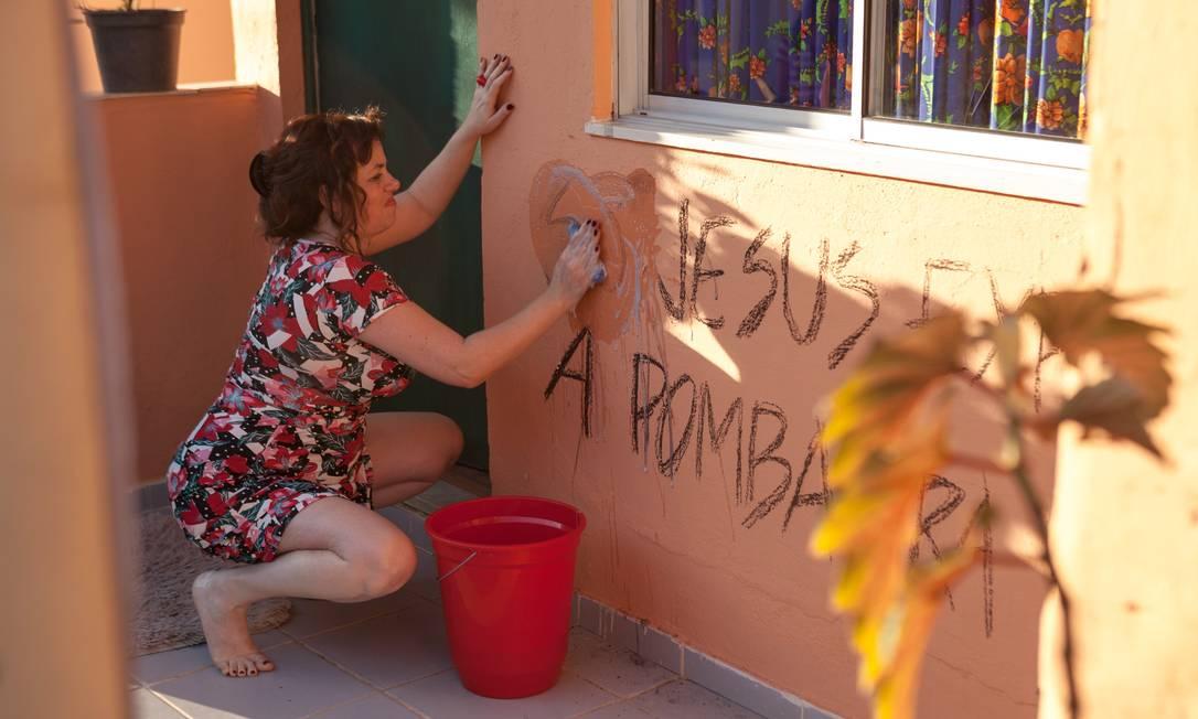 Gilda (Karine Teles) é alvo de ataques à sua liberdade sexual em uma vizinhança cada vez mais controlada por milicianos ultrarreligiosos Foto: Divulgação