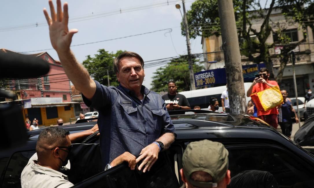 O presidente Jair Bolsonaro acena após votar no primeiro turno da eleição municipal, no Rio de Janeiro Foto: Ricardo Moraes/Reuters/15-10-2020