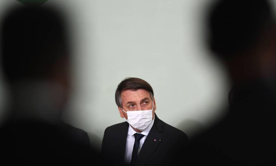"""O presidente Jair Bolsonaro em cerimônia no Palácio do Planalto: em live, ele diz que """"a questão da máscara"""" vai ser o """"último tabu a cair"""" Foto: EVARISTO SA/AFP/9-10-2020"""