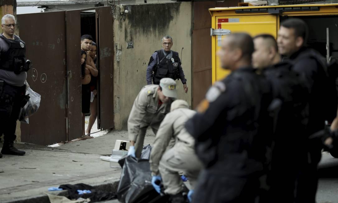 Bombeiros retiram o corpo de um dos mortos durante uma operação na Favela Jorge Turco, em Rocha Miranda,em outubro Foto: Gabriel de Paiva em 15-10-2020 / Agência O Globo