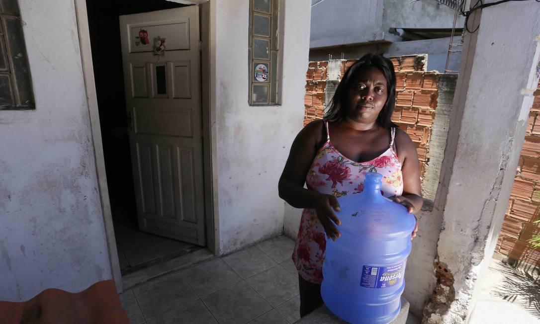 Moradores de Nilópolis precisam comprar água para beber diante do desabastecimento com reparo na Elevatória do Lameirão Foto: Cléber Júnior / Agência O Globo