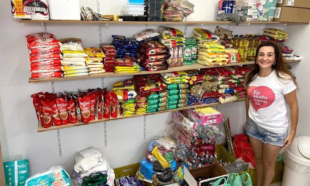 Simone, na nova sede, com alimentos arrecadados pelo projeto Foto: Divulgação / Eu ajudo como dá