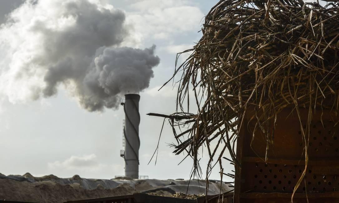 Chaminé de usina de biocombustível a partir da cana-de-açúcar em São José do Rio Preto (SP) Foto: Paulo Fridman/Bloomberg News/8-10-2013 / Bloomberg
