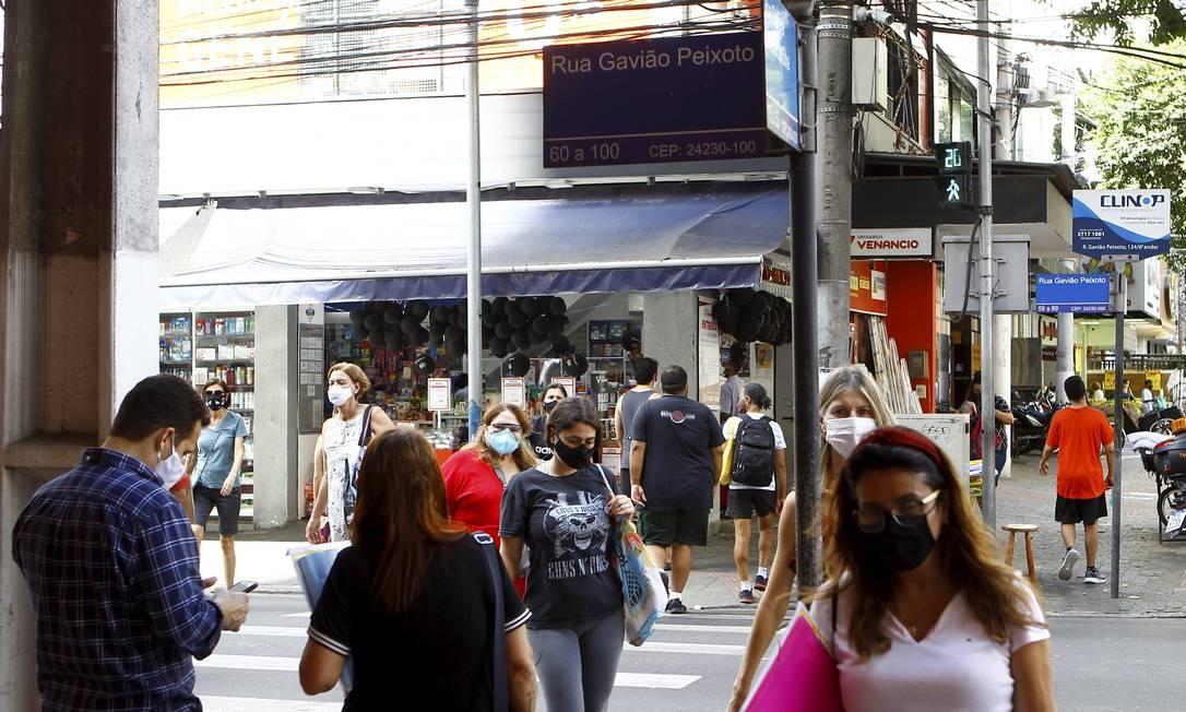 Movimentação em Icarai: especialista aponta maior circulação como fator que elevou os índices de transmissão na cidade Foto: Guilherme Pinto / Agência O Globo