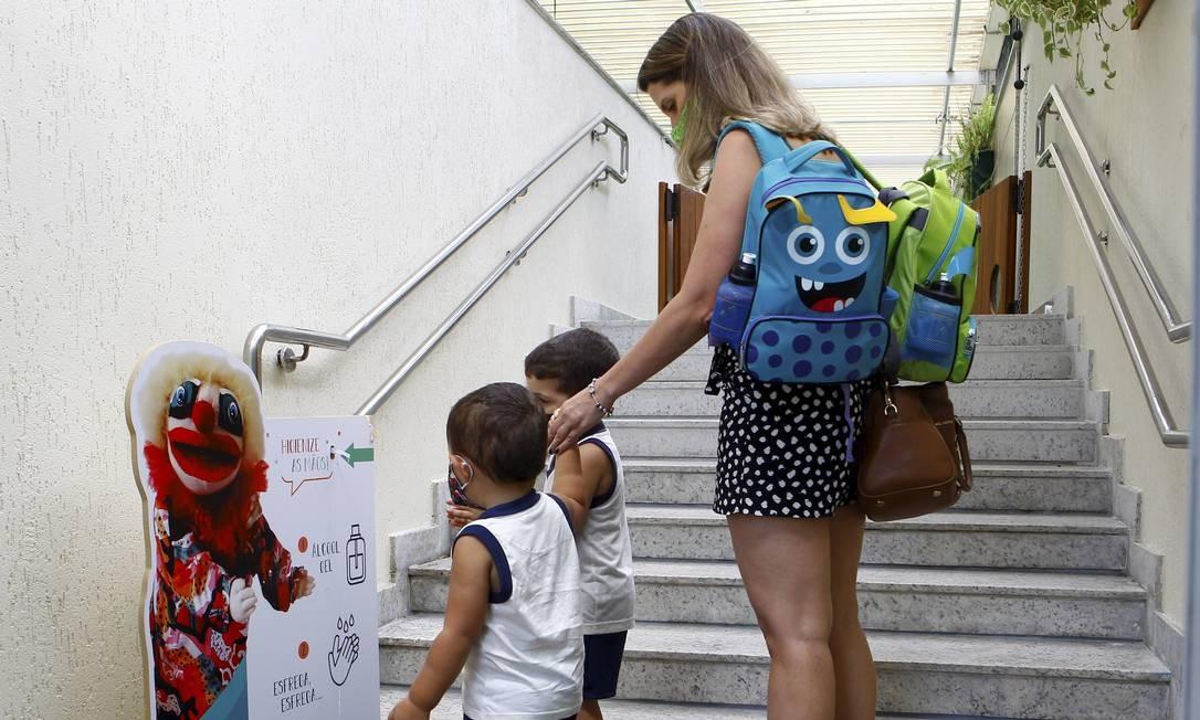 Retorno breve. Alunos da educação infantil do do Instituto GayLussac seguem o protocolo de entrada, na quarta Foto: Guilherme Pinto / Guilherme Pinto