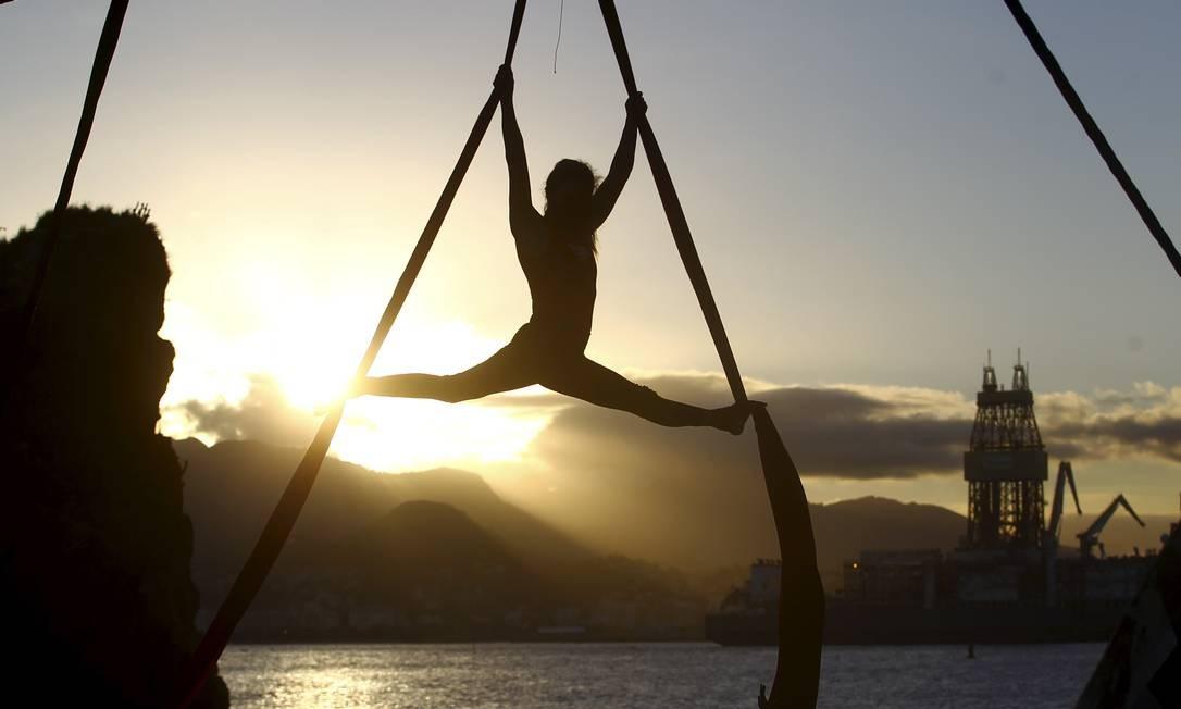 Pôr do sol. Aluna realiza movimento no tecido acrobático: apresentações são feitas a partir de uma música-tema Foto: Guilherme Pinto