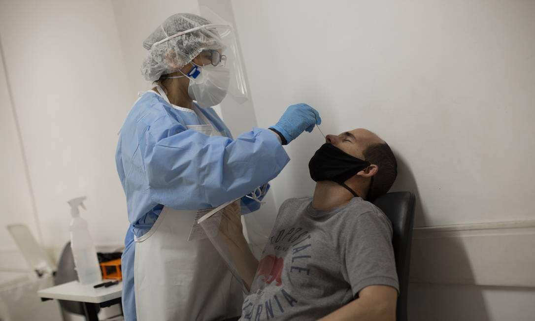 No centro de testagem da UFRJ, amostras de pacientes que tiveram Covid-19 duas vezes serão sequenciadas para ver se é realmente reinfecção ou persistência Foto: Gabriel Monteiro / Agência O Globo