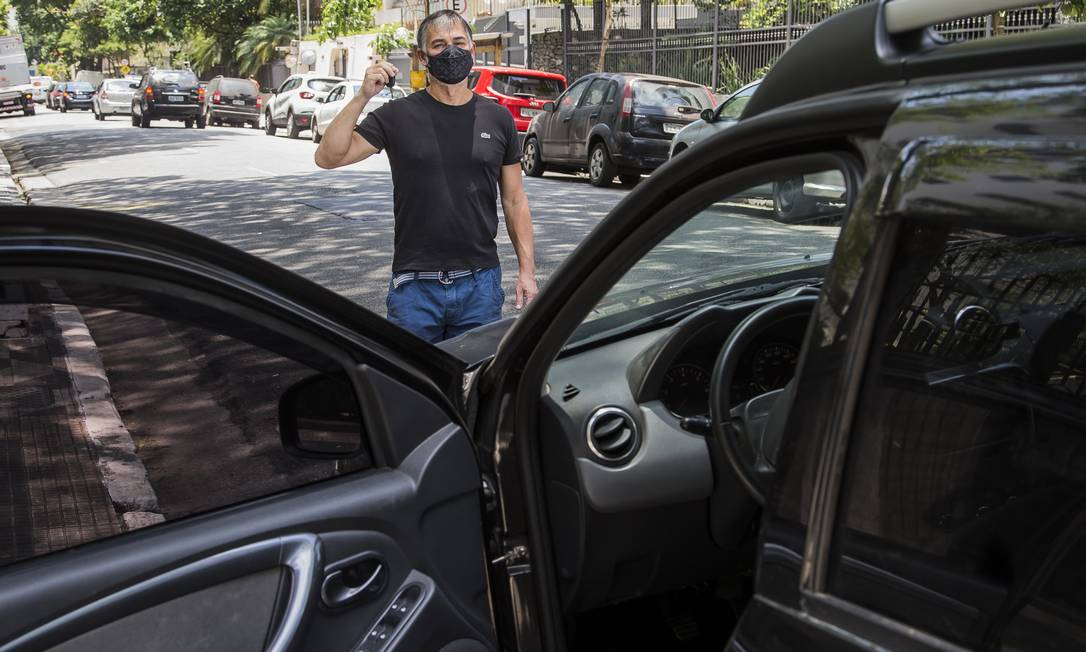 A ideia de Célio Pereira era ir e voltar no mesmo dia até um sítio a 60 quilômetros de São Paulo, mas o corretor de seguros não conseguiu um carro nem nas locadoras nem nos aplicativos Foto: Edilson Dantas / Agência O Globo
