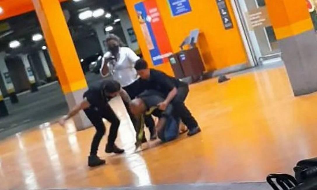 Beto Freitas, homem negro de 40 anos, é espancado até a morte por seguranças do Carrefour em Porto Alegre Foto: Reprodução