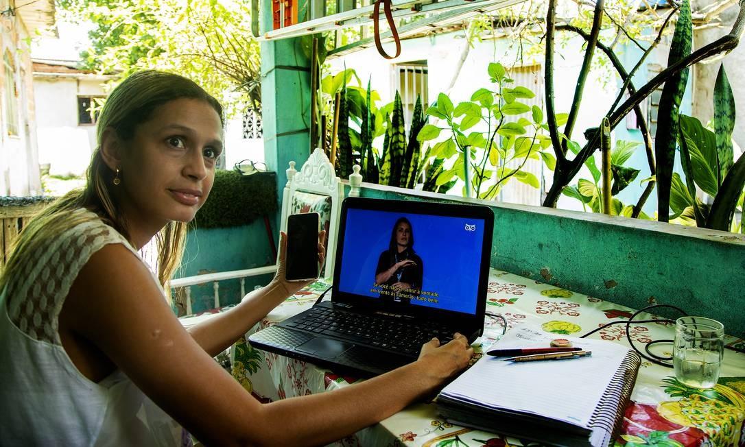 Vanessa dos Anjos estuda Pedagogia da varanda de sua casa em Realengo, Zona Oeste do Rio Foto: Antonio Scorza / Agência O Globo