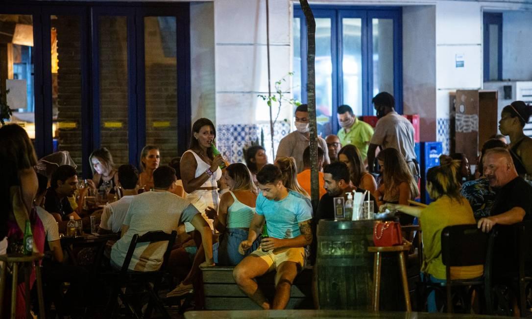 Bar lotado com fregueses sem máscara na Rua Dias Ferreira, no Leblon, no Rio de Janeiro Foto: Hermes de Paula / Agência O Globo