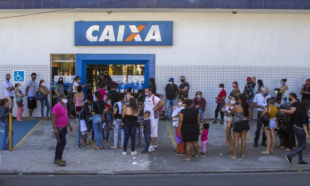 Fila de beneficiários do auxílio emergencial na Zona Sul de São Paulo: fim do benefício afetará recuperação da economia, mas deve ser compensado por poupança Foto: Edilson Dantas/2-9-2020 / Agência O Globo