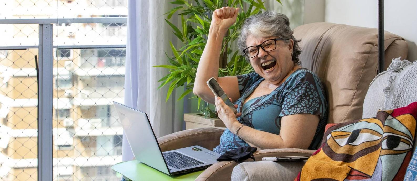 A aposentada Marileida Gomes de Carvalho, de 71 anos, passou a resolver várias tarefas cotidianas na internet, como pagamento de contas Foto: Ana Branco / Agência O Globo
