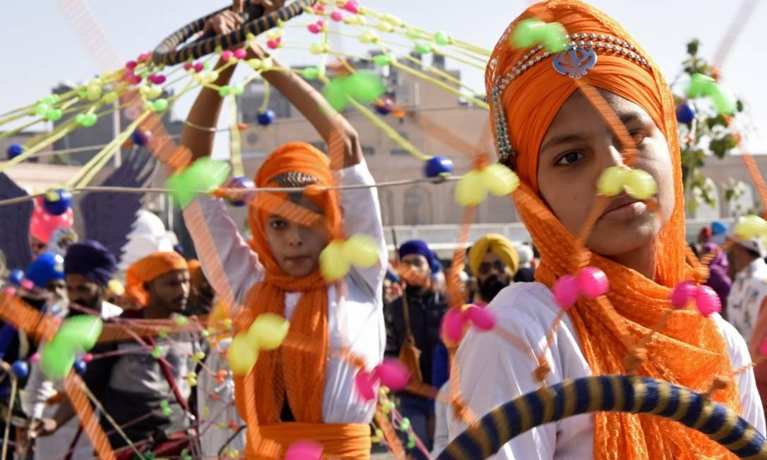 Sikhs realizam 'Gatka', uma forma antiga de artes marciais Sikh durante um 'Nagar Kirtan', procissão sagrada antes de 551º aniversário de nascimento do fundador do Sikhismo Sri Guru Nanak Dev, em Amritsar, na Índia Foto: NARINDER NANU / AFP