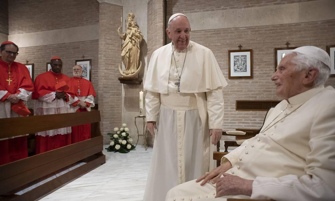 O Papa Francisco, 83 anos, e o Papa Emérito Bento XVI, de 93, durante cerimônia de nomeação de novos cardeais da Igreja em novembro de 2020 Foto: HANDOUT / AFP