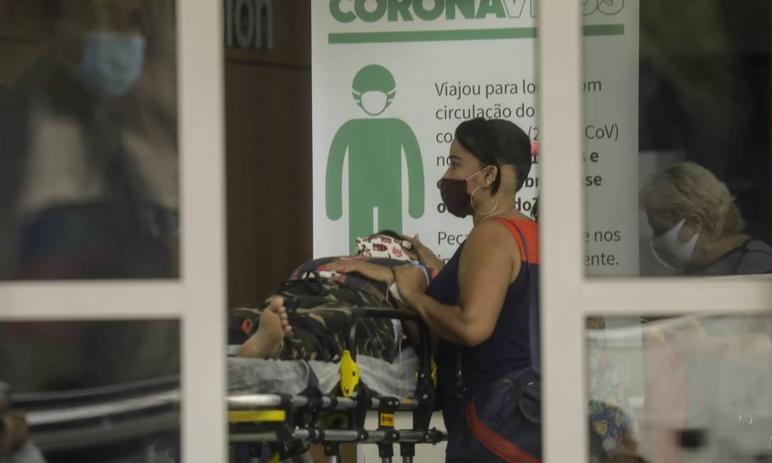 Na foto, paciente com suspeita de covid é levada a hospital Foto: Gabriel de Paiva em 18-11-2020 / Agência O Globo