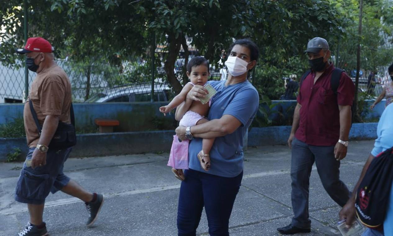 Eleitora chega a colégio eleitoral com bebê de colo Foto: Fabiano Rocha / Agência O Globo