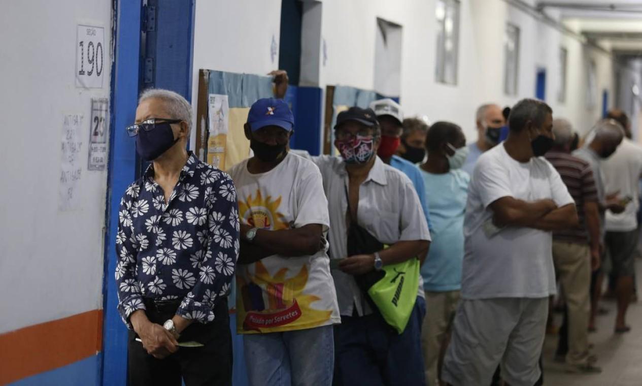 Fila de eleitores no CIEP Ayrton Senna, na Rocinha Foto: Fabiano Rocha / Agência O Globo