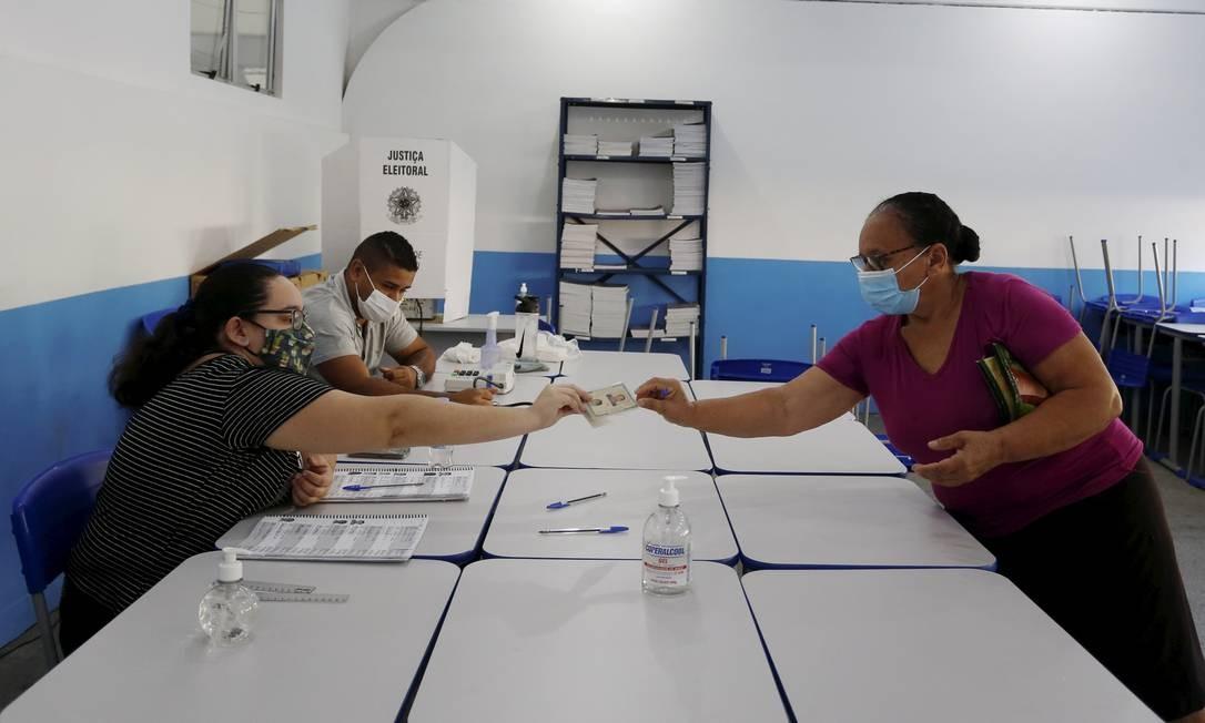 Trabalhadores da justiça eleitoral e eleitores precisam usar máscara de proteção para votar Foto: Fabiano Rocha / Agência O Globo