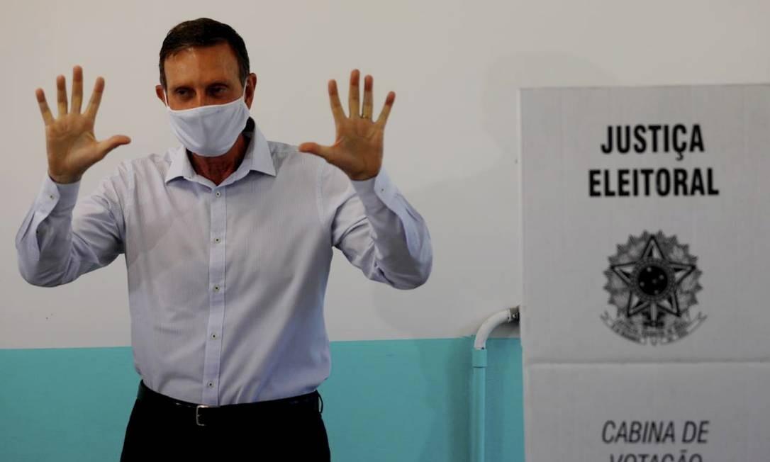 Candidato à reeleição Marcelo Crivella (Republicanos) posa depois de votar na Escola Municipal Sergio Buarque de Holanda, na Barra da Tijuca, Zona Oeste do Rio Foto: Agência O Globo