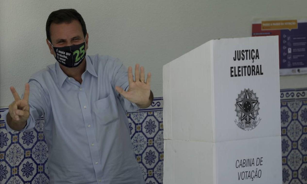 Eduardo Paes (DEM), candidato a prefeito do Rio, posa depois de votar no Gávea Golfe Clube, em São Conrado, Zona Sul do Rio Foto: Gabriel de Paiva / Agência O Globo