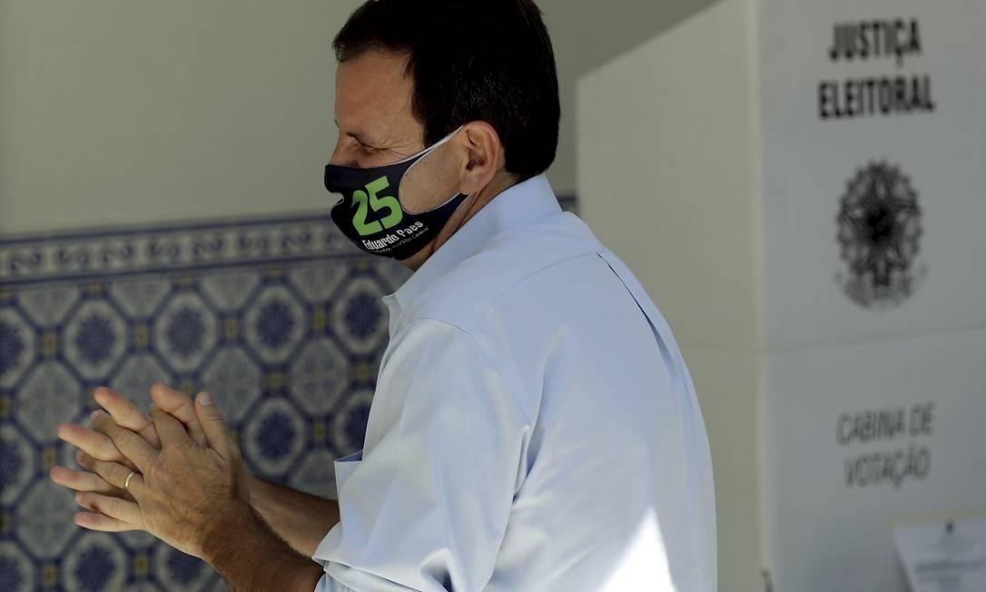 Candidato do DEM desinfeta mão com álcool antes de votar Foto: Gabriel de Paiva / Agência O Globo