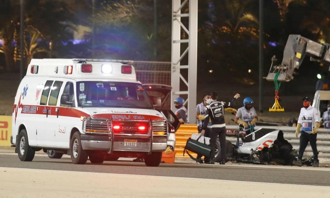 Ambulância passa ao lado do carro do piloto francês Romain Grosjean Foto: HAMAD I MOHAMMED / AFP