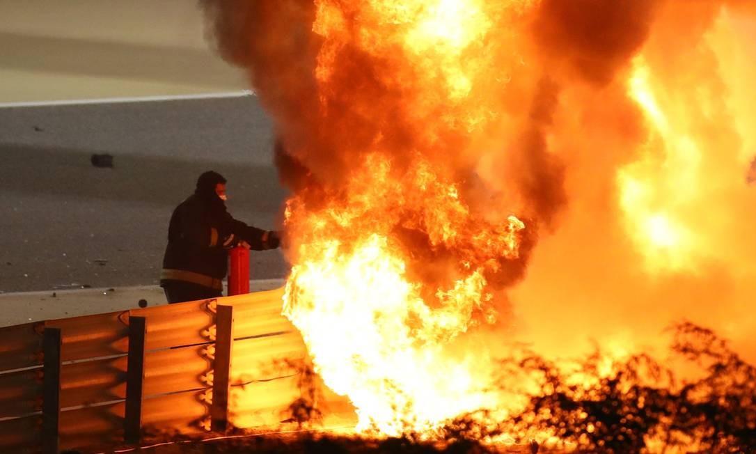 Logo após a colisão, local foi tomado por chamas Foto: BRYN LENNON / Pool via REUTERS