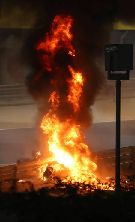As chamas no local da colisão ultrapassaram a altura de display à borda da pista Foto: BRYN LENNON / AFP