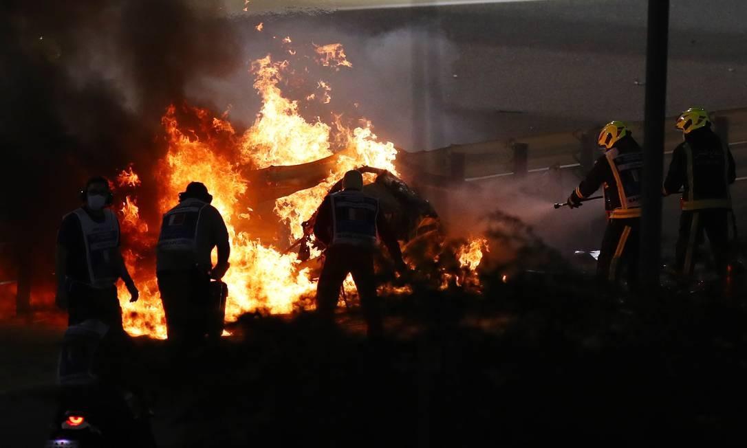 Bombeiros apagaram fogo no carro do piloto francês Romain Grosjean Foto: BRYN LENNON / Pool via REUTERS