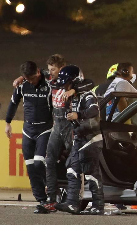 Comissários e médicos atendem o piloto francês da Haas F1 Romain Grosjean Foto: HAMAD I MOHAMMED / AFP