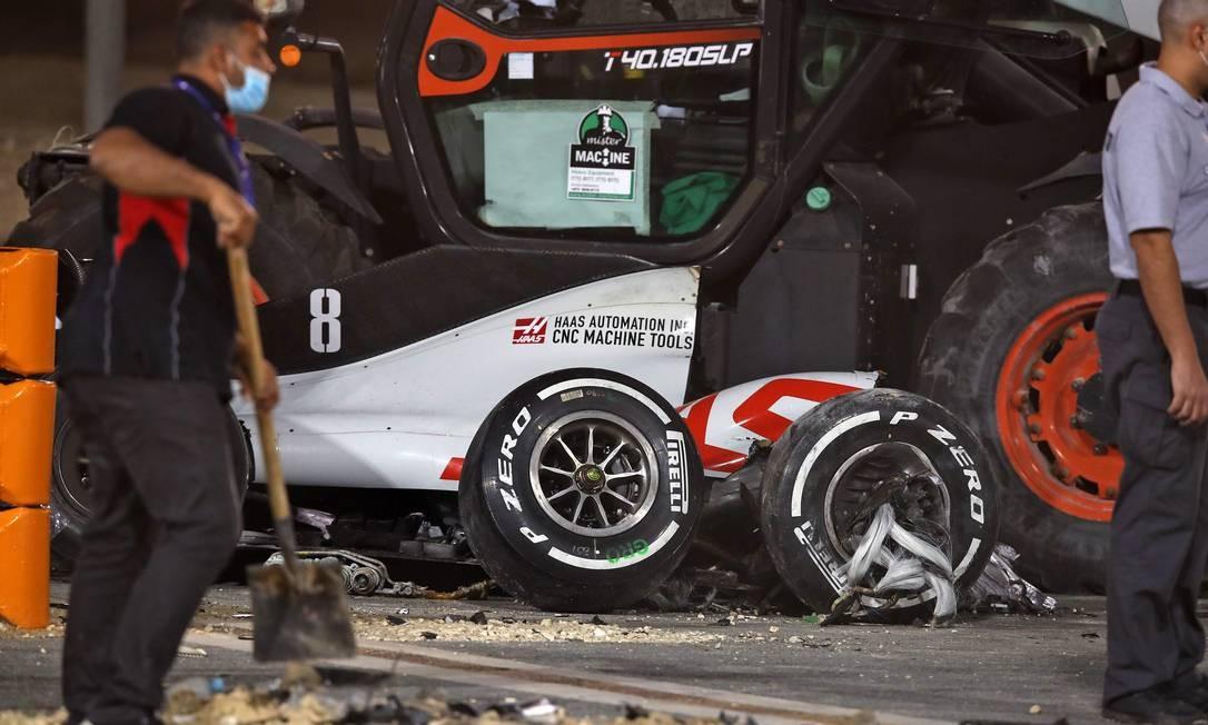 Os destroços do carro do piloto francês Romain Grosjean da Haas F1 Foto: TOLGA BOZOGLU / AFP