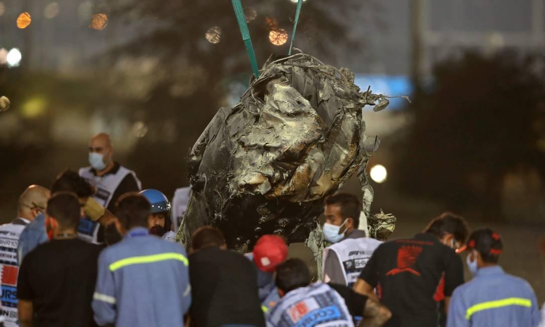 Célula de sobrevivência é retirada do local do acidente por guindaste Foto: TOLGA BOZOGLU / AFP