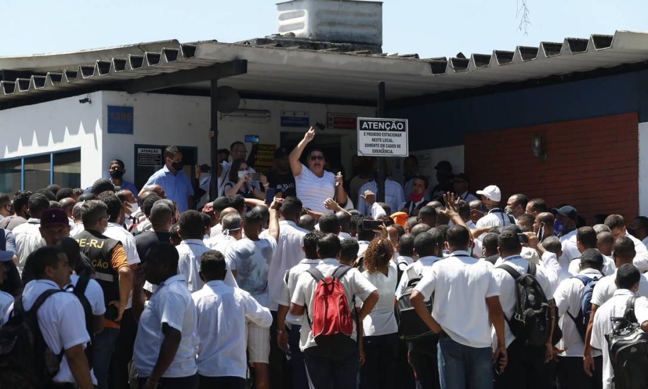 Trabalhadores decidiram crusar os braços depois do parcelamento do 13º salário em oito vezes Foto: Fabiano Rocha / Agência O Globo