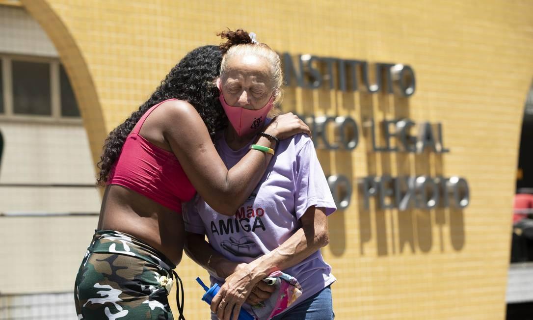 A mãe de Liliane (à direita) é amparada na porta do IML no Centro do Rio Foto: Ana Branco / Agência O Globo