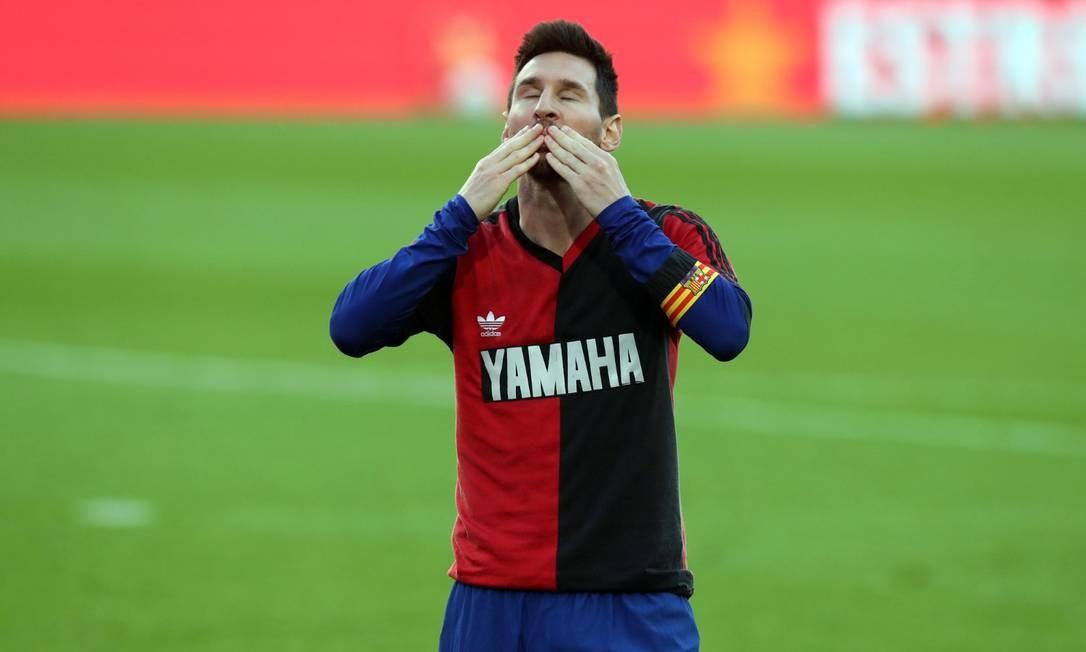 Messi homenageou Maradona usando, por baixo da camisa do Barcelona, uma camisa do Newell's Old Boys Foto: Reprodução Twitter Barcelona