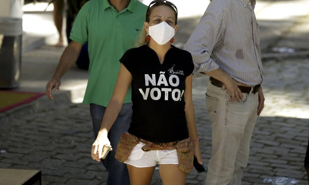 Eleitora prega contra o voto, no Gávea Golfe Clube Foto: Gabriel de Paiva / Agência O Globo