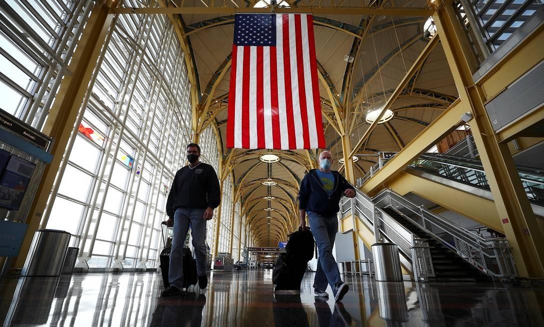 Passageiros caminham pelo Reagan National Airport, em Arlington, durante o feriado de Dia de Ação de Graças nos Estados Unidos Foto: HANNAH MCKAY / REUTERS