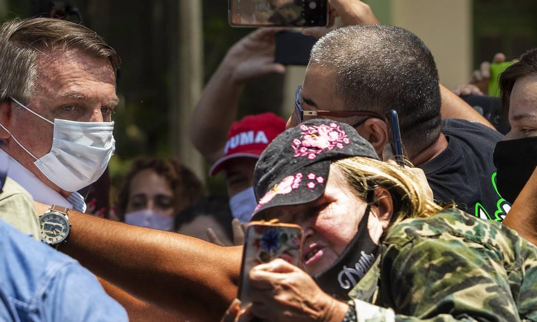 O presidente Jair Bolsonaro conversou com apoiadores após votar neste domingo, no segundo turno da eleição no Rio Foto: Antonio Scorza / Agência O Globo