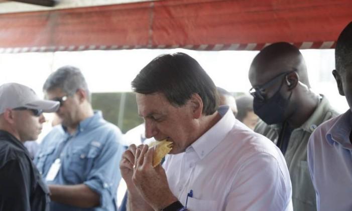 Após a votação, presidente Jair Bolsonaro foi a uma feira livre próximo à Vila Militar para comer um pastel Foto: Foto: Antonio Scorza / Agência O Globo