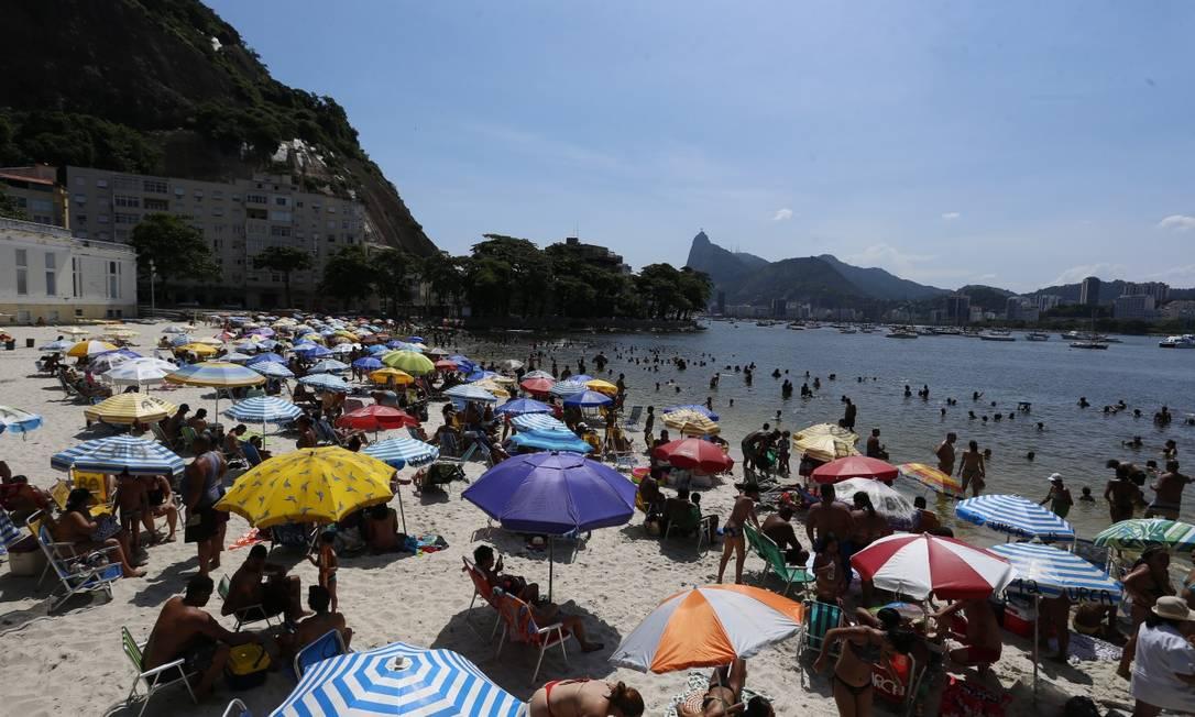 Aglomeração na prainha da Urca: com a volta do calor, desde o fim de semana cariocas voltaram a procurar a orla da cidade Foto: Fabiano Rocha / Agência O GLOBO