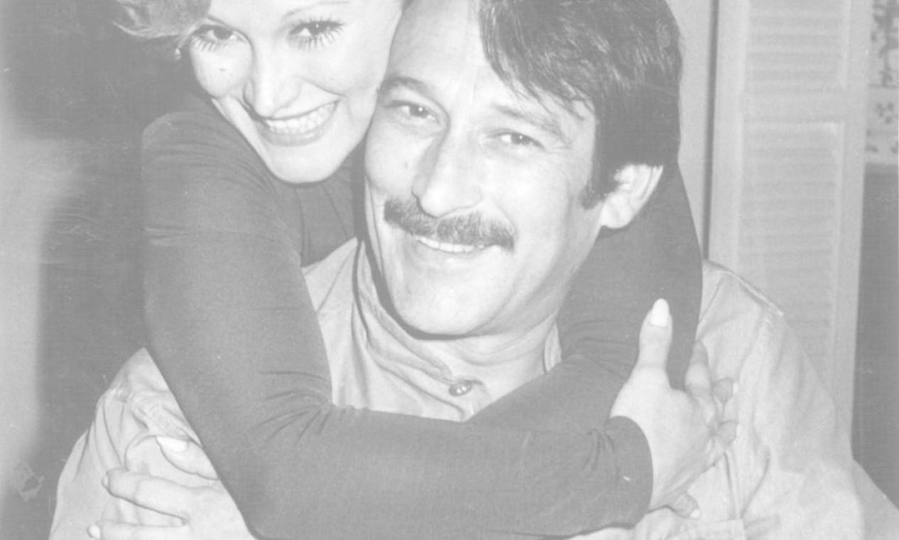 """Paulo Goulart e Nicette Bruno nos bastidores da peça """"O prisioneiro da segunda avenida"""" Foto: Arquivo / Agência O Globo - 07/03/1974"""