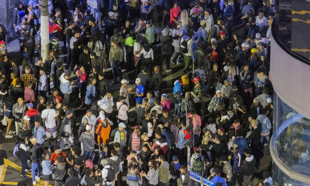 Jovens desrespeitam a quarentena e se aglomeram na esquina das ruas Augusta e Peixoto Gomide, na capital paulista Foto: Edilson Dantas / Agência O Globo